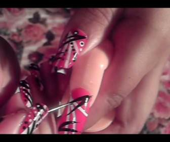 021 336x280 - Σχέδιο στα νύχια με κόκκινο λευκό και μαύρο