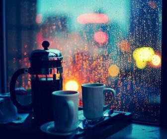 kafes sti vroxi 336x280 - Πως να τα βγάλετε πέρα μια βροχερή χειμωνιάτικη μέρα