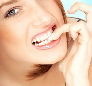 troo ta nixia 300x280 - Πως να σταματήσετε να τρώτε τα νύχια σας